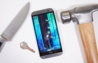 تست مقاومت بدنهی HTC M8 به کمک چاقو و چکش